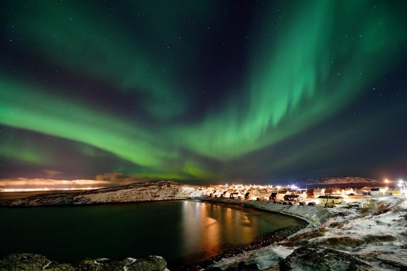 Aurora-boreal-sobre-el-pequeño-pueblo-Bugøynes-noruega