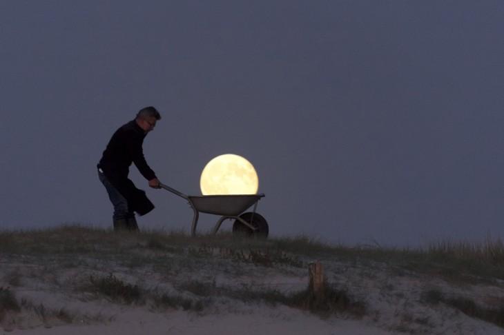 acarreando-la-luna-en-la-noche