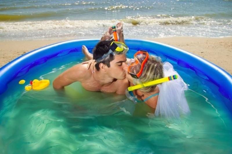 fotos-de-pareja-mas-raras-piscina