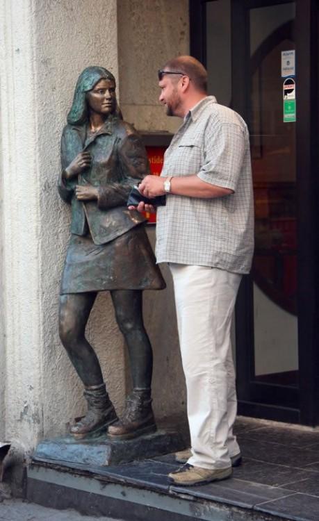 fotos-de-personas-con-estatuas-11