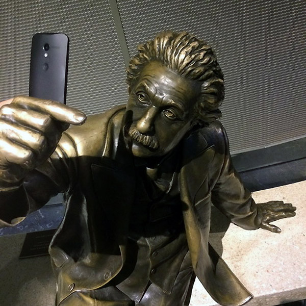 fotos-de-personas-con-estatuas-12
