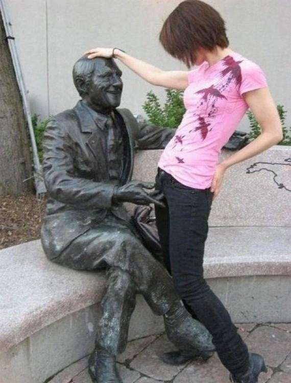fotos-de-personas-con-estatuas-2