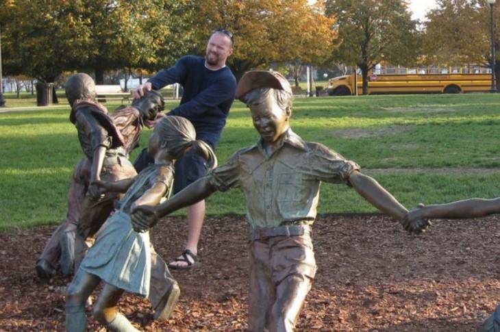 fotos-de-personas-con-estatuas-5