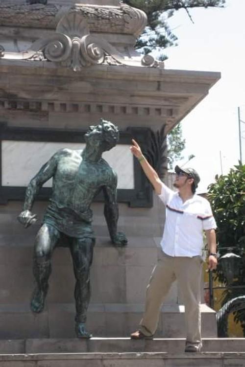 fotos-de-personas-con-estatuas-9