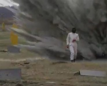 soldado ruso caminando entre explosivos