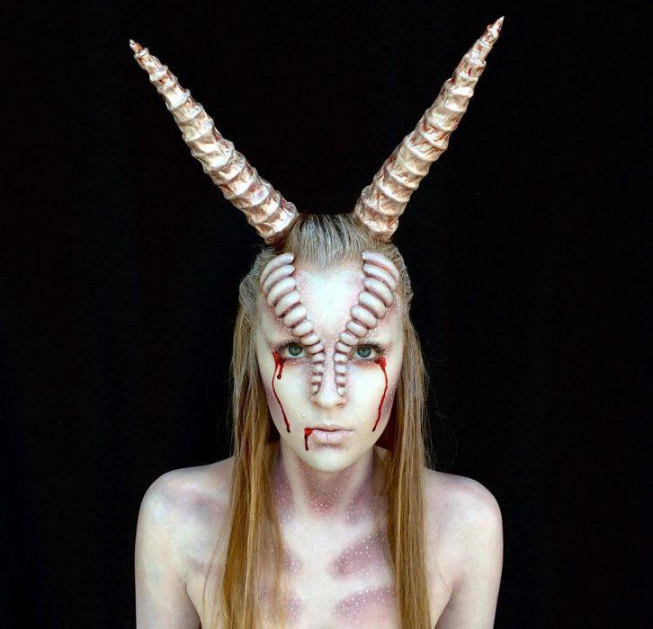 chica que se convierte en monstruo con el maquillaje (10)